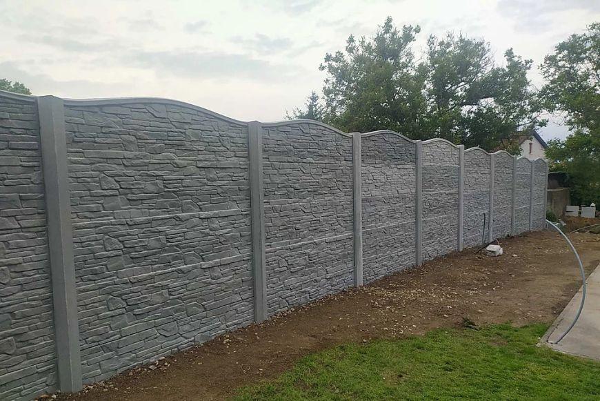 Miért döntsön a beton kerítés mellett?